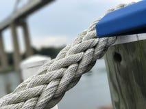 Sitzen auf dem Dock der Bucht lizenzfreie stockfotografie