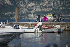 Sitzen auf dem Pier - fahren Sie Rest auf dem See garda rad Stockfoto