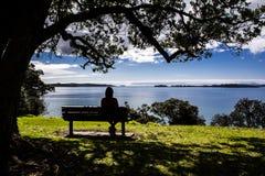 Sitzen auf der Bank, die Ansicht betrachtet Stockfoto