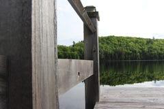 Sitzen auf einem Dock Stockbilder