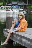 Sitzen auf einem Dock in der Bucht Stockbild