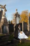 Sitzen auf einem Grab lizenzfreie stockfotos