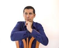 Sitzen auf einem Stuhl und Denken Lizenzfreies Stockfoto
