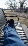 Sitzen auf einer Parkbank Stockfoto