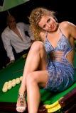 Sitzen auf grüner Snookertabelle Stockbild