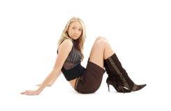 Sitzen blond in den braunen kurzen Hosen und in den Stiefeln #2 Stockbilder