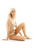 Sitzen blond im Bikini Stockbilder