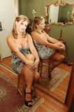 Sitzen der jungen Frau. Stockbilder