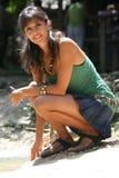 Sitzen der jungen Frau, aufpassend und schätzen Lächeln gering Lizenzfreie Stockfotografie
