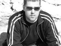Sitzen des jungen Mannes Lizenzfreies Stockfoto