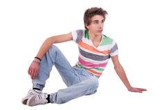 Sitzen des jungen Mannes stockbild