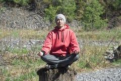 Sitzen des jungen Mannes und Meditieren Lizenzfreie Stockfotos