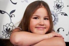 Sitzen des kleinen Mädchens. Stockfotos