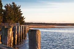Sitzen am Dock der Bucht in Gardiner-` s Bucht New York bei Sonnenuntergang Stockbild