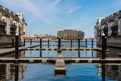 Sitzen durch das Dock der Bucht Stockfoto
