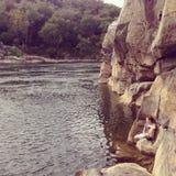Sitzen durch das Potomac lizenzfreies stockbild
