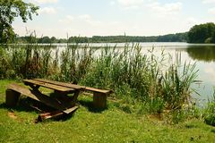 Sitzen durch den Teich Stockfotos