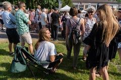 Sitzen in einem deckchair bei der Aufwartung zur langen Rede bei Jugendfest Brugg Impressionen lizenzfreie stockfotos