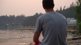 Sitzen gegen einen Sonnenuntergang stock video