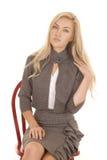 Sitzen graue dres Geschäft der Frau das Schauen lizenzfreie stockfotografie