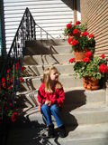 Sitzen mit den Pelargonien Stockfoto