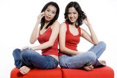 Sitzen mit Telefonen Lizenzfreies Stockfoto