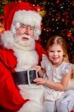 Sitzen mit Weihnachtsmann lizenzfreies stockbild