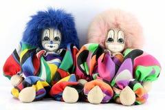 Sitzen mit zwei Clownpuppen Stockfotografie