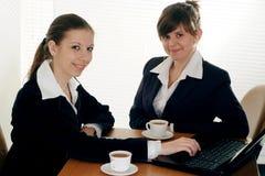 Sitzen mit zwei Geschäftsfrauen Lizenzfreie Stockfotos