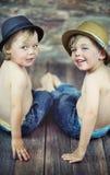 Sitzen mit zwei kleinen Jungen Lizenzfreie Stockbilder