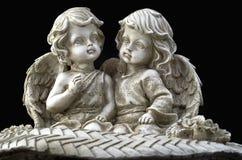 Sitzen mit zwei schönes Engeln Lizenzfreie Stockfotografie