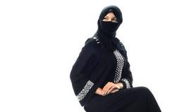 Sitzen moslemische junge Frauen und schauend, um mit Seiten zu versehen stockbilder