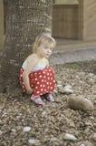 Sitzen nahe bei dem Baum Stockfoto