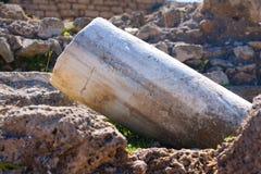 Sitzen römisches altes marbe gefallene Spaltenreihe in archäologischem Caesarea Lizenzfreie Stockfotografie