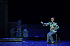 Sitzen Sie auf der Schemel- und Sticheinlegesohlen Jiangxi-Oper eine Laufgewichtswaage Lizenzfreie Stockbilder
