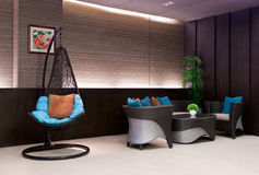 Sitzen Sie dem Hängen an einer Kette im Hotelvorhallesofa vor Stockbilder