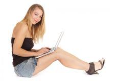 Sitzen Sie Frau mit Laptop Stockfoto