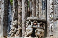 Sitzen Sie und andere afrikanische hölzerne Carvings an traditionellem Fon-` s Palast in Bafut, Kamerun, Afrika vor Stockbilder
