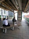 Sitzen Sie und wartend an skytrain Station Stockbilder