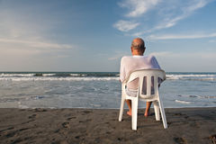 Sitzen am Strand Stockbilder