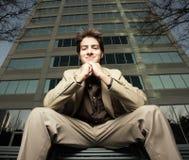 Sitzen und Lächeln des jungen Mannes Stockbilder