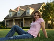 Sitzen vor ihrem Haus stockbild