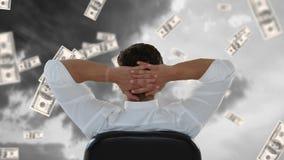 Sitzende Außenseite des Geschäftsmannes, während Dollar abfallen stock footage