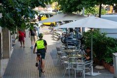 Sitzende Außenseite des Radfahrers und der Leute lizenzfreie stockfotos