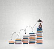 Sitzende Bücher der jungen Frau, die an die Zukunft, träumend denken Stockfotografie