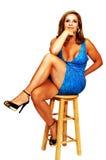 Sitzende blonde Dame. Stockfoto