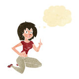 sitzende Frau der Karikatur mit Idee mit Gedankenblase Lizenzfreies Stockfoto