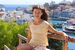 Sitzende Frau an der Seeküste auf Insel Lizenzfreies Stockfoto