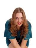 Sitzende Frau, die in der Nahaufnahme lächelt Stockbilder