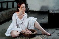 Sitzende Frau oben gekleidet wie Aschenputtel Lizenzfreies Stockfoto